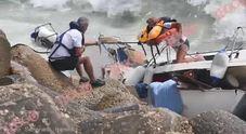 Fiumicino, barca a vela naufraga sugli scogli