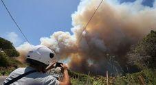Nuovi incendi: chiuse vie d'accesso, turisti e residenti bloccati, case e ristoranti evacuati