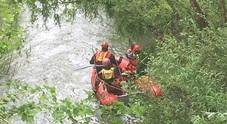 Pesca nel fiume Tronto e annega davanti agli amici
