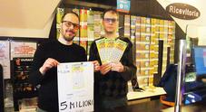 Gratta e vince 5 milioni (spendendo 20 euro), l'incredibile reazione del fortunato in tabaccheria