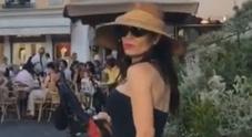 Naike Rivelli, show in piazzetta a Capri: la performance lascia tutti a bocca aperta