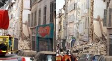 Crollano due palazzine in centro: si scava per cercare sopravvissuti