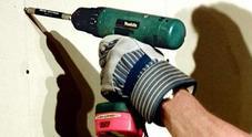 Scarica elettrica mentre usa il trapano: muore fulminato in casa