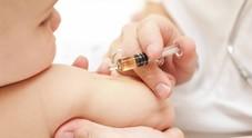 Vaccini, ridotti quelli obbligatori ma aumentano il caos e le file
