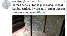 Roma, inferno sul bus: troppe buche, esplodono i vetri. E un maniaco molesta una ragazza