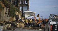 Frana la scogliera sulla spiaggia dei surfisti affollatissima: tre morti