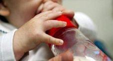 Neonata sta per soffocare mentre prende il latte, mamma e papà (guidati dal 118) la salvano