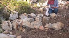 Noemi, il corpo nelle campagne nascosto da pietre. I curiosi affollano la zona