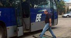 Un portellone del bus si stacca: Sud Est sempre più a pezzi