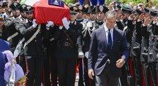 Carabiniere ucciso, folla in chiesa: sulla bara le foto del matrimonio e la maglia del Napoli