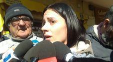 La donna che ha soccorso la moglie: «Chiedeva aiuto per le figlie, lui gridava dal balcone»
