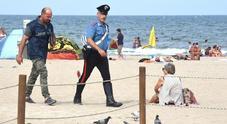 Buttano cassonetto in spiaggia, ragazzino colpito al volto: è grave