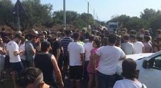 Folla di curiosi sul luogo del ritrovamento del cadavere