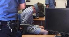 Bendato in caserma: cos'è il «blindfolding» e quando viene usato. «Pratica presente nei regolamenti di polizia»