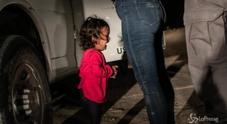 Bimba che piange al confine tra Usa e Messico, è la foto dell'anno
