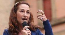 Bufera sulla madre della senatrice M5S Taverna: vive in una casa popolare ma ha altri alloggi. Raggi: «Indagheremo»