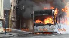 Video/ I vigili del Fuoco domano le fiamme