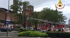 Crolla la croce del campanile a Vicenza a causa del maltempo