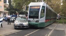 Scontro fra tram 8 e auto al semaforo: donna ferita sulla Gianicolense