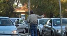 PRECEDENTI/ Parcheggiatore abusivo aggredisce automobilista con un sampietrino