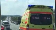 Ambulanza in mezzo all'ingorgo: ecco cosa fanno gli automobilisti