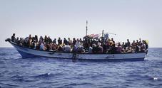 Migranti, 150 su una barca in avaria in acque libiche