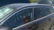 «Karola tr..., torna in Germania»: l'auto di un turista tedesco vandalizzata a Ferrara