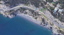 Travolto da cassonetto gettato in spiaggia dalla strada a Bergeggi, 12enne gravissimo