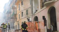 I vigili del fuoco al lavoro subito dopo l'esplosione