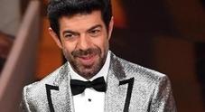 Favino inciampa sul look: giacca da brividi stile Casamonica