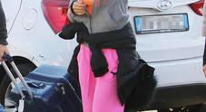 Barbara D'Urso in tuta rosa a Napoli in partenza per Capri