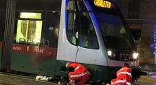 Il tram 8 investe due pedoni: corse sospese