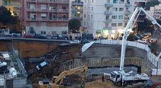 Roma, una voragine annunciata: auto inghiottite e case pericolanti