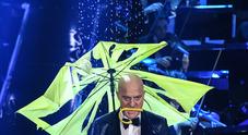 Esibizione sotto la pioggia di Bisio, Raffaele e Baglioni