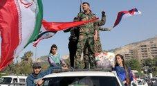 Siria, a Damasco sostenitori di Assad sventolano bandiere russe e iraniane
