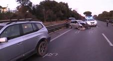 Tampona auto ferma al semaforo sulla Colombo, muore a 52 anni