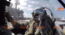 Siria, il decollo di un jet statunitense visto dalla cabina di pilotaggio
