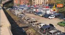Video Auto incenerite nel parcheggio accanto alla voragine sulla A14