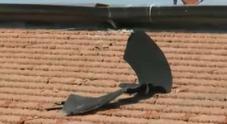 Video Un pezzo di camion finisce sul tetto di un palazzo