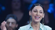 Anna Tatangelo torna in tv con Carlo Conti, ma il web la critica: «Che ha fatto in faccia?»