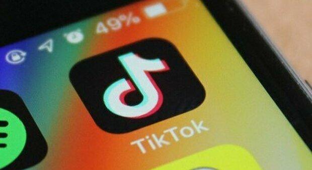 Mostra la figlia di 9 anni su TikTok, ma l'ex marito non dà il consenso