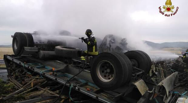 Camion si ribalta e va in fiamme sulla Roma-Civitavecchia: morto il conducente. Autostrada bloccata