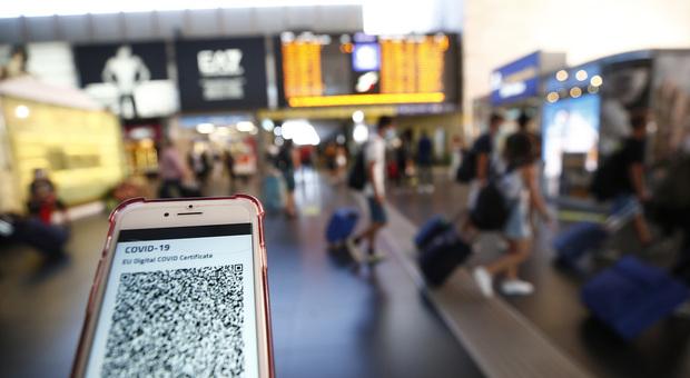 Green pass obbligatorio da venerdì: «Da settembre anche per aerei e treni». Verso l'obbligo per i docenti