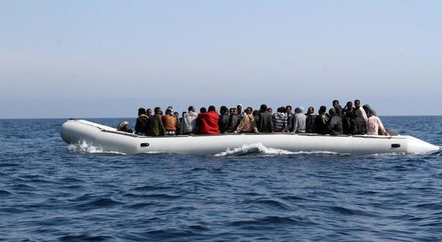 Migranti, dalla Tunisia su gommoni veloci: «Sfuggono ai controlli, rischio terroristi a bordo»
