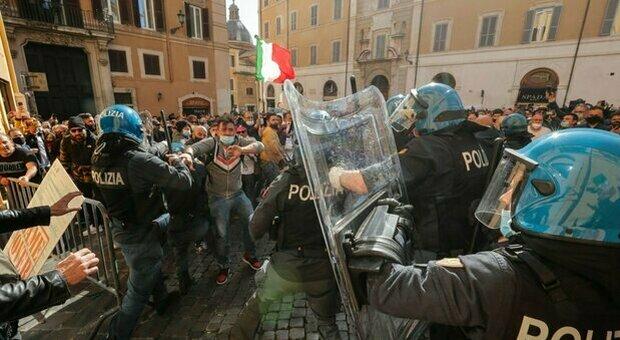 Riaperture, scontri alla Camera tra ristoratori e polizia: ferito un agente. Proteste ambulanti a Milano e sull'A1