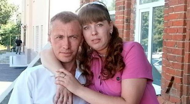 marito che esce con la moglie