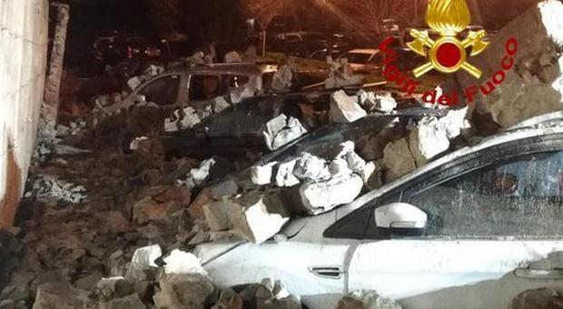 Muro di 40 metri crolla nella notte e travolge otto auto parcheggiate FOTO