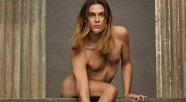 Valentino, uomo nudo con la borsa scatena l'odio sui social