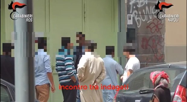 Napoli, documenti falsi per i migranti irregolari: in 14 nei guai, tra loro anche un dipendente comunale