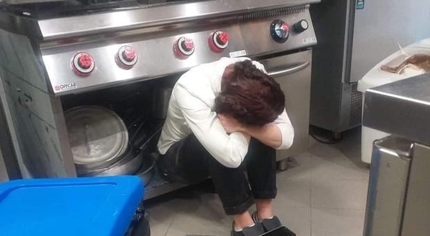 Zona rossa, il tweet della ristoratrice nella cucina del ristorante è virale: «Senza lacrime e senza dignità»